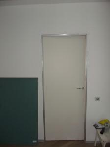 usa-de-interior-alba-vopsita-toc-aluminiu-balamale-ascunse-pivot-broasca-magnetica14