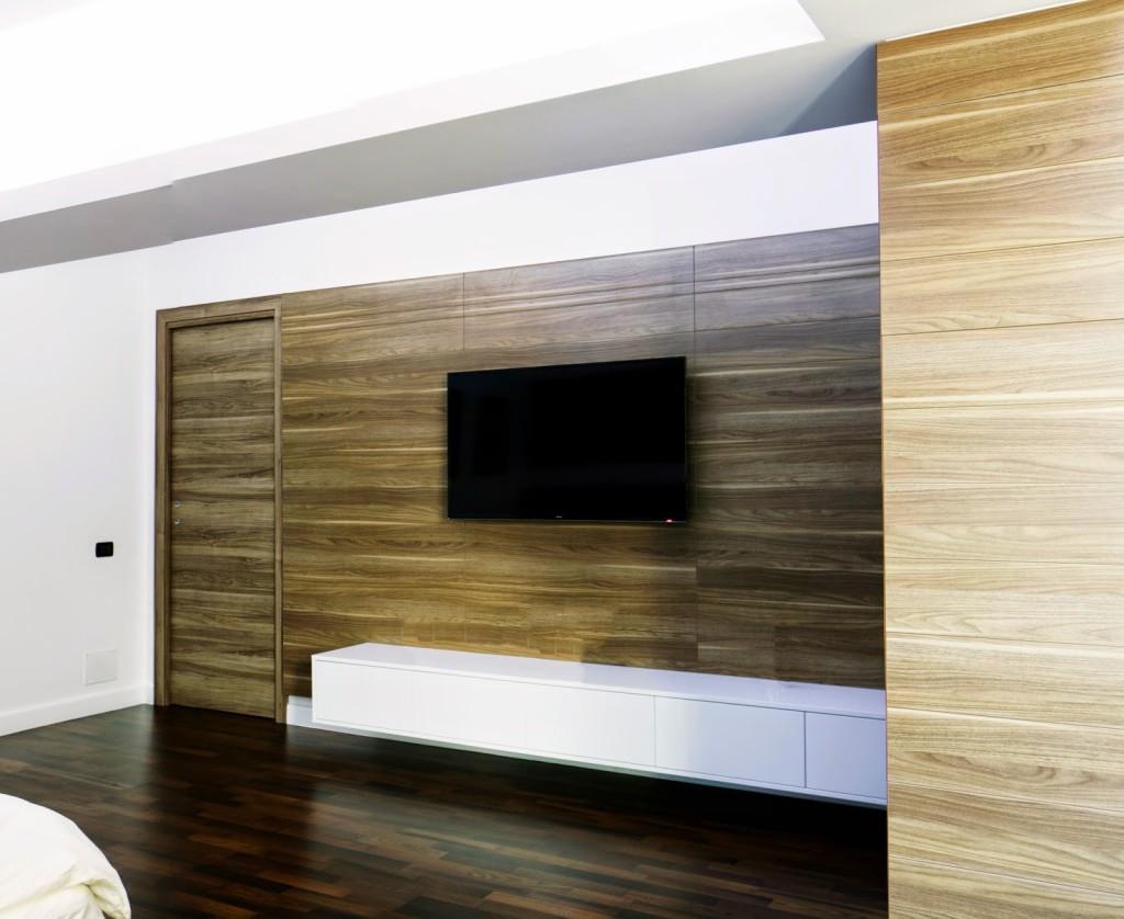 Design_interior_placare_perete_si_usa_apartament_nou_brasov_usa_glisanta_nuc